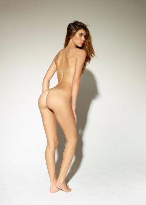 Девушка обладает идеальной фигурой, поэтому она показывает себя без всякого стеснения и стыда - фото 3
