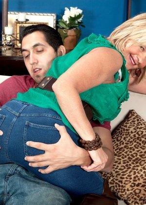 Элара Элис показывает, как она умеет в своем зрелом возрасте соблазнять молодых мужчин - фото 5