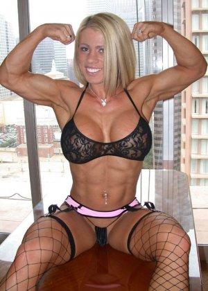 Сексуальная блондинка демонстрирует свое шикарное тело - ее занятия бодибилдингом не прошли даром - фото 3
