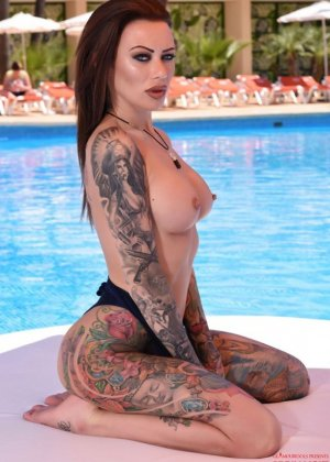 Татуированная с головы до пяток Бекки Хольт решила справиться с излишней скромностью и устроила откровенную фото сессию возле бассейна - фото 10