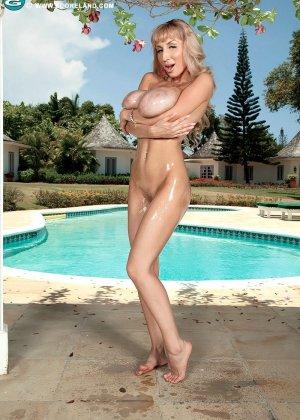 Сексуальная Венера показывает свое пышное тело - ее огромные груди просто поражают объемом - фото 5