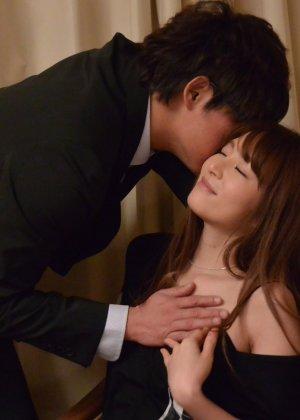 Зрелая японская женщина занимается сексом в черных чулках - фото 4