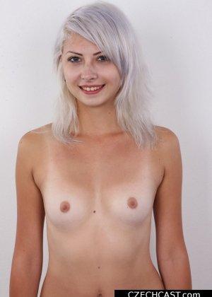 Блондинка с мелкой сиськой показала свою выбритую пизду - фото 8