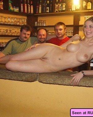Голые девки развлекаются: играют в бильярд, напиваются в барах и не прочь, чтобы их лапали - фото 16