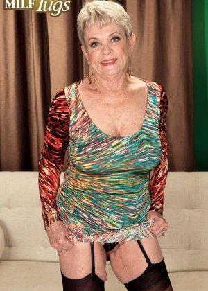 Зрелая проститутка вспоминает свою молодость и скачет на упругом члене брутального парня - фото 2