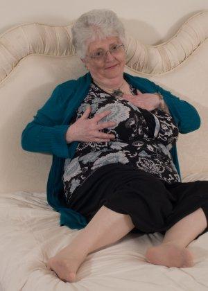 Пожилая женщина не сдает позиции и принимает участие в эротической фотосессии - фото 7