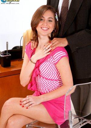 Миловидная брюнетка успешно прошла собеседование, трахнувшись со своим будущим работодателем - фото 4