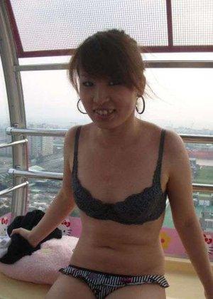 Кучерявая девка с небритой пиздой сняла трусы на камеру в высотке - фото 8