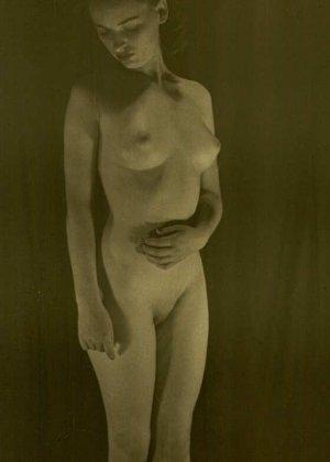 Очень старые фотографии показывают обнаженное тело женщины, которая не знала о существовании бритвы - фото 4