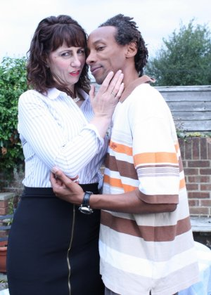 Зрелая темпераментная женщина соблазняет темнокожего мужчину и позволяет себя трогать - фото 3