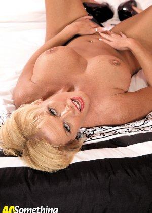 Зрелая блондинка с натуральной грудью показывает свои шикарные дойки - фото 3