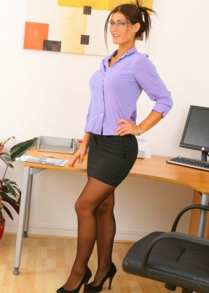 Эмма Твигг – обалденная брюнетка, которая показывает свою шикарную фигурку в офисном прикиде - фото 1