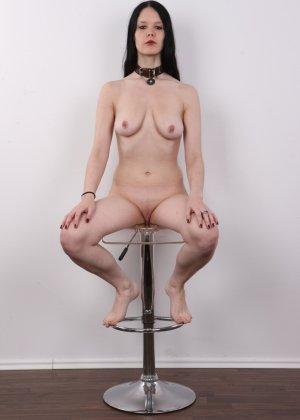 Эротическая фото сессия обнаженной брюнетки с некрасивыми сиськами - фото 14