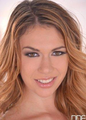Эни Блэкфокс - сексуальная красотка, которая балуется с помощью хорошего вибратора и получает удовольствие - фото 1
