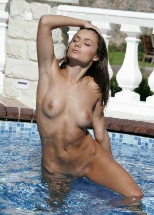 Неземной красоты шатенка гладит свое тело и ласкает сиськи, стоя по пояс в бассейне, ей явно очень приятно - фото 12
