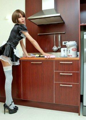 Горячая домработница в белых чулках позирует перед камерой на кухне - фото 9