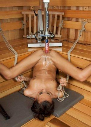Дженис Гриффит сначала полностью моется, а затем переходит в комнату с установленной секс-игрушкой - фото 14