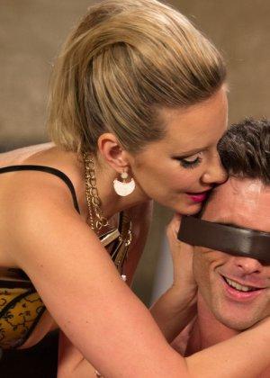 Роковая дамочка любит доминировать и выбирает партнера для исполнения всех своих желаний - фото 7