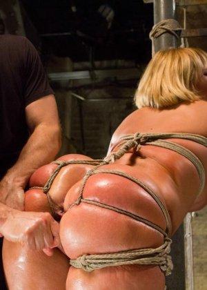 Жесткий мужик связав свою жену за измену издевается над ней вибратором - фото 16