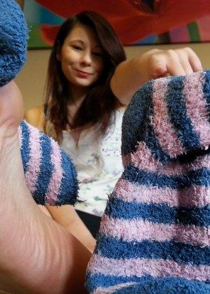 Красивые девушки которые очень обожают надрачивать член своими красивыми ножками - фото 43