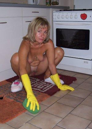Голая дом работница показывает свое обнаженное тело - фото 2