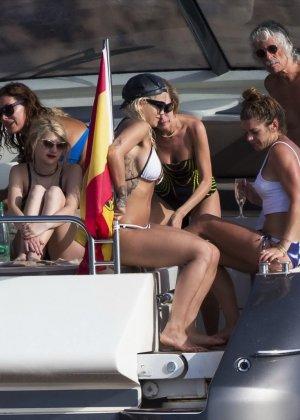 Паренек запичитлил на камеру красивую блондинку в купальнике на яхте - фото 11