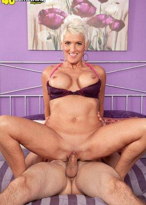 Зрелая блондинка развлекается со своим любовником, пока муж уехал в командировку - фото 1