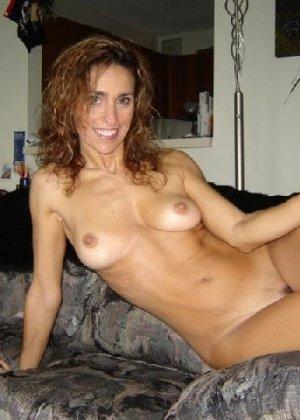 Зрелая девка показывает всем как выглядит её слегка старенькая грудь - фото 8