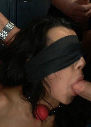 Девушка настолько раскована, что готова к групповому сексу даже связанная и с закрытыми глазами - фото 10