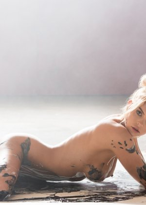 Рэйчел Харрис смотрится очень сексуально, когда ее тело оказывается полностью облитым краской - фото 12