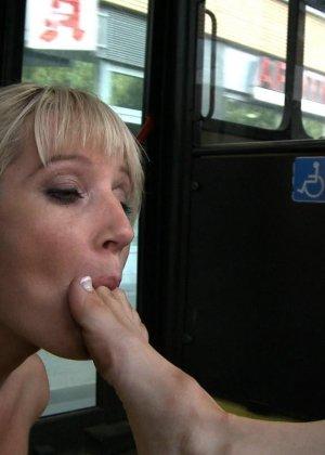 Блондинку ебут на публике в трамвае после длинного рабочего дня - фото 5