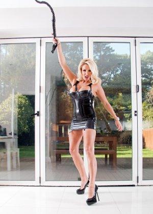 Шикарная блондинка с плеткой отхлестает каждого плохого жеребца, но сначала она покажет свои огромные дойки - фото 4