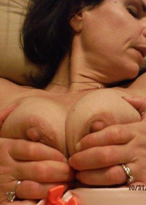 Зрелая королева с мохнатой пиздой красиво валяется на кровати - фото 13- фото 13- фото 13