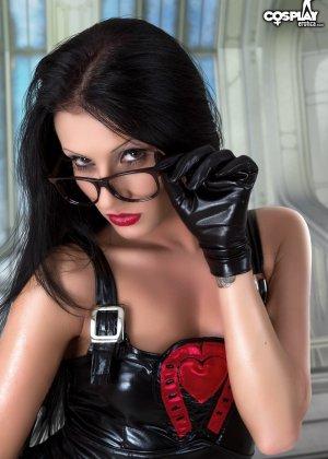 Латекс – это очень сексуальный наряд, особенно когда у телки симпатичная пропорциональная фигура - фото 13