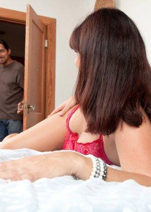 Сорокалетняя Виктория Миллер с легкостью соблазняет мужчину и отдается ему на мягкой кровати - фото 3