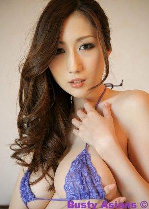 Грудастая азиатская красотка в фиолетовом белье позирует с голыми дойками - фото 5