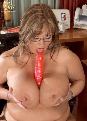 Женщина с огромными формами просто поражает своей внешностью, у нее нереальные объемы - фото 14