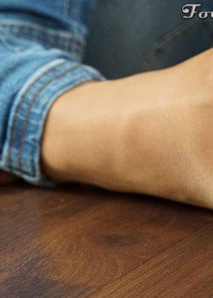 Сексуальные ножки знаменитой модели в коричневых колготках - фото 12