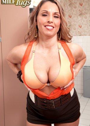 Дама с большой грудью предложила пареньку качественный отсос - фото 6