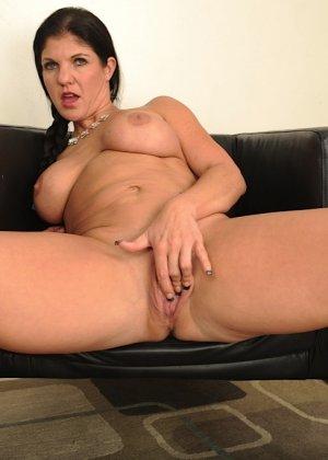 Коралэйн Джевел – сексуальная брюнетка с большими буферами, которая знает все свои самые выгодные ракурсы - фото 19