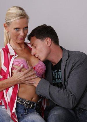 Опытный муж разминает висящие сиськи своей зрелой блондинистой жены - фото 7