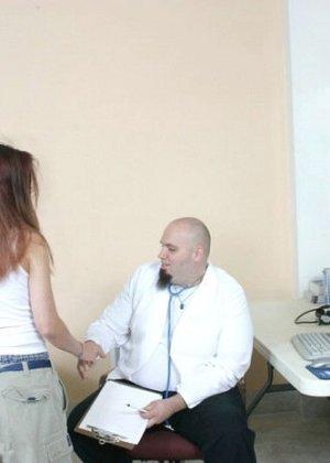 Женщина приходит на клизму и мужчина-врач с удовольствием вставляет трубочку в ее анус - фото 1