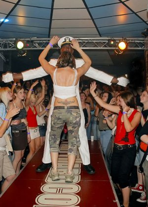 Девушки приходят в клуб, чтобы красивые стриптизеры хорошенько отодрали их во все щелочки - фото 4