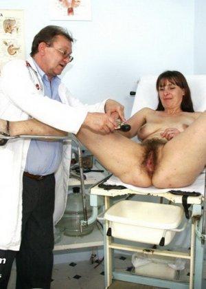 Женщина с волосатой пиздой раздвигает ноги перед мужчиной-гинекологом и показывает ему всё - фото 13