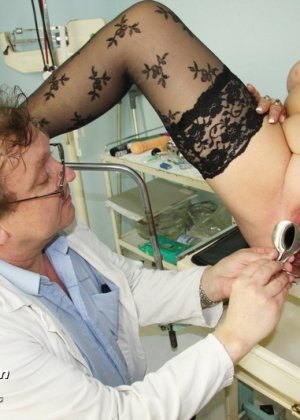 Пожилая женщина приходит на гинекологический осмотр и мужчина профессионально проводит прием - фото 11