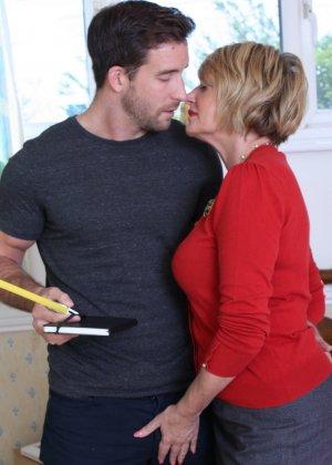 Молодой мужчина ощупывает зрелую даму везде, а что происходит между ними дальше – никто не увидит - фото 2