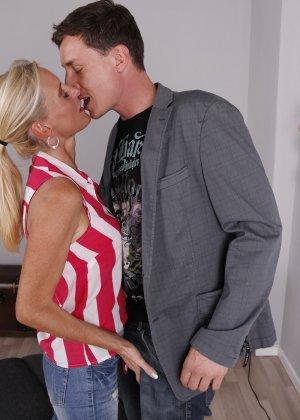 Опытный муж разминает висящие сиськи своей зрелой блондинистой жены - фото 5