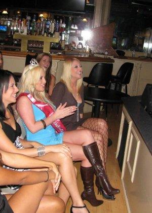 Мужики в клубах дают в ротик своим неописуемо красивым телкам - фото 6