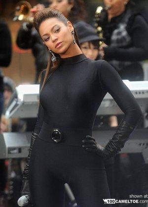 Певица Beyonce выступает на публике в сексуальном черном костюме - фото 5