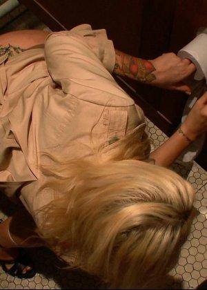 Блондинка оказывается между несколькими мужчинами, которые готовы драть ее мощно, с силой - фото 1